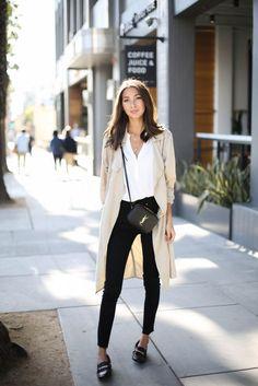 Zwarte horsebit loafers gecombineerd met een basic outfit; zwarte jeans, witte top en een losvallende jas. #trend #loafers