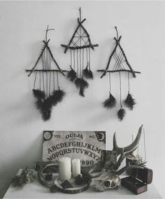 Frightening Witch Home Interior Decoration Ideas For Halloween 38 Pagan Decor, Witch Decor, Voodoo Doll Spells, Viking Decor, Witch Room, Beautiful Dream Catchers, Goth Home Decor, Deco Nature, Deco Boheme