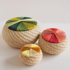 tell love and chocolate: TELL: DIY WRAPPED BASKET. More for inspiration than diy instructions. Pine needle basket with string/yarn/embroidered top Diy Craft Projects, Diy And Crafts, Ikea Basket, Pine Needle Baskets, Idee Diy, Diy Décoration, Basket Weaving, Diy Art, Diy Tutorial