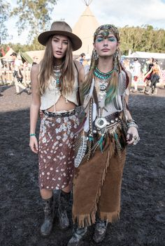 Boho Chic Style Fashion - - Boho Chic Style Fashion Boho fashion, bohemian style and modern look to boho chic <!-- Begin Yuzo --><!-- without result -->Related Post Seid ihr auf der Suche nach einer bezaubernden Fri. Hippie Style, Bohemian Style Clothing, Boho Style Dresses, Boho Outfits, Boho Dress, Women's Dresses, Boho Skirts, Bohemian Jewelry, Fashion Dresses