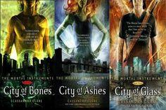 Saga Cazadores de Sombras (Cassandra Clare). Demonios, hombres lobo, vampiros, ángeles y hadas conviven en esta trilogía de fantasía urbana donde no falta el romance.