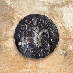 Anadolu Selçukluları sikkesine bir örnek olan Melik El-Mansur Keykubad dönemi gümüş sikkesi, Tokat'ta basılmıştır. Dairesel formdaki sikkede atlı asker, kılıcını önündeki kurt veya benzeri yırtıcı bir hayvana doğrulturken tasvir edilmiştir. Boş kısımlarda ise Selçukluların sıklıkla kullandığı altı kollu yıldız ve dua yazıları sikkeyi çevrelemiştir.