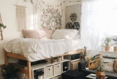 33 Awesome College Bedroom Decor Ideas And Remodel - Wohnen - Dorm Room İdeas College Bedroom Decor, Cool Dorm Rooms, College Dorm Rooms, Awesome Bedrooms, College Dorm Decorations, Boho Dorm Room, College Dorm Storage, Bohemian Dorm, Dorm Room With Tapestry