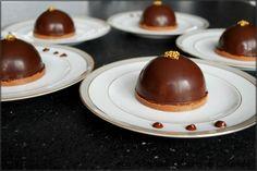 Dôme de mouse chocolat coeur caramel beurre salé et croustillant praliné.