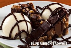 Applebee& Copycat Recipe Super moist with hunks of dark chocolate, nuts and hot fudge. Served with two scoops of vanilla i ce. Brownie Recipes, Snack Recipes, Dessert Recipes, Cooking Recipes, Cat Recipes, Desserts, Snacks, Fruit Recipes, Dessert
