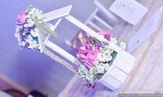 La combinación de diferentes materiales, texturas y colores puede darte los mejores centros de mesa para tu anhelada boda. Refleja tu esencia en la decoración de las mesas de tu banquete de acuerdo con el estilo que buscas. ¡Checa estas ideas!