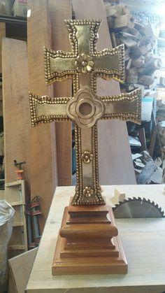 Cruz de carabaca tallada en madera de cedro por Oscar Vieyra