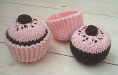Crocheted Cupcakes - FREE Crochet Pattern and Tutorial by Beeknits