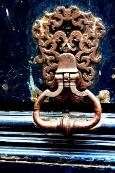 Would love to bring this delicious Parisian door handle inside and use it to hang any number of craveables from.  What a gorgeous piece of art. -- Eve.
