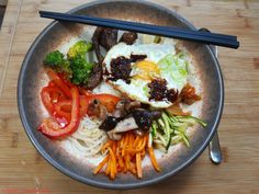 """Bibimbap meine Interpretation eines koreanischen Reisgerichts. . Im Herbst feiern die Koreaner Chuseok (추석 oder 한가위). Zu diesem Anlass wurde ich von """"Zoe""""Link zu einem BlogeventLink eingeladen. Zoe betreibt den Foodblog ... . #asiatisch #chuseok #essen #essenmachtglücklich #fluffigundhartchuseok #food #foodblogger #foodbloggerdeutschland #foodlover #foodpic #instafood #instafoodie #karotten #kochen #kochenleichtgemacht #koreanisch #lecker #leckerschmecker #mittagsessen #Möhren #Bib Kimchi, Tofu, Foodblogger, Link, Ethnic Recipes, Rice Dishes, Beef, Korean, Meal"""