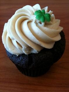 Nothing says Saint Patrick's Day like these Bailey's Irish Dream cupcakes.