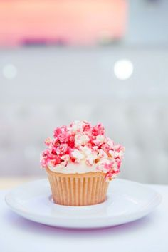 Even just LOOKING at these cupcakes is delicious. Love the colored popcorn idea! Cupcakes Amor, Sweet Cupcakes, Yummy Cupcakes, Valentine Cupcakes, Popcorn Cupcakes, Pink Popcorn, Rainbow Popcorn, Colored Popcorn, Party Cupcakes
