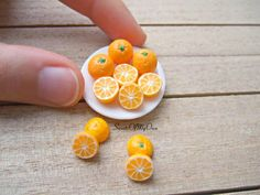 This listing is for Miniature Oranges. Dolls House Miniature Food at Scale. You will receive whole oranges with orange halves. Each orange half has been textured on both sides. - This is a Handmade item. - The Miniature Oranges are roughly s Cute Polymer Clay, Cute Clay, Polymer Clay Miniatures, Dollhouse Miniatures, Miniature Crafts, Miniature Food, Miniature Dolls, Barbie Food, Doll Food
