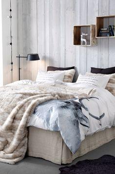 Couleurs et motifs de l'hiver dans la chambre : bois, plaid, couette...