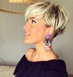 Pixie haircut is really appealing and perfect idea for ladies who want to change their looks completely. So today I will show you the latest pixie haircut. Pixie Hairstyles, Pretty Hairstyles, Easy Hairstyles, Hairstyle Ideas, Hairstyle Short, Hairstyles 2018, Haircut Short, Medium Hairstyles, Pixie Haircut For Thick Hair