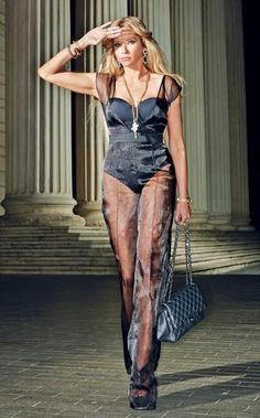 După ce a cucerit industria frumuseții cu alura ei de femme fatale și mediul de afaceri prin business-ul pe care îl conduce, Ileana Badiu privește cu umor sprea ea însăși și spre ceilalți și nu-și refuză niciodată luxul suprem: acela de a râde cât mai mult alături de cei dragi.  Urmărindu-ți aparițiile în media …