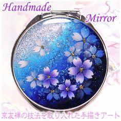 銀〜青〜紫のグラデーションに銀箔とラメが入っています。白で桜の小紋を吹き付けた後、紫にぼかした桜を散らし花芯にゴールドのラメをあしらいました。中は両面ミラーに...|ハンドメイド、手作り、手仕事品の通販・販売・購入ならCreema。