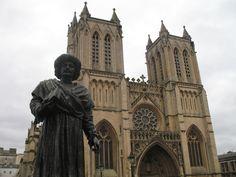 De geschiedenis van de kathedraal begint in 1140. In dat jaar werd de abdij van Sint-Augustinus gesticht. De kerk van de abdij werd gebouwd in romaanse stijl. In 1220 werd een kapel gebouwd aan de noordzijde. Dit gebouw bestaat nog steeds. Tussen 1298 en 1332 was er een grondige verbouwing aan de oostzijde, in gotische stijl. Halverwege de 15e eeuw volgde er nog een verbouwing. In 1542 kreeg de kerk de status van kathedraal. Tussen 1868 en 1877 werd de kathedraal uitgebreid in neogotische…