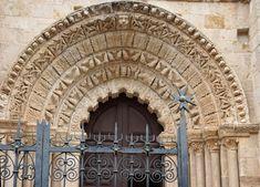 En la iglesia de Santa María Magdalena (siglo XII), de una sola nave, destaca una puerta  con arco lobulado y  con bellas arquivoltas decoradas con motivos vegetales.
