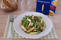 Receta de ensalada de Penne Rigate con espárragos verdes, rúcula y tomate seco. Con fotos del paso a paso, consejos y sugerencias de degustación...
