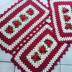 Jogo de cozinha de crochê: 80 modelos para você copiar e tutoriais Crochet Table Mat, Crochet Placemats, Patron Crochet, Crochet Cord, Crochet T Shirts, Crochet Carpet, Crochet Poncho Patterns, Crochet Kitchen, Crewel Embroidery