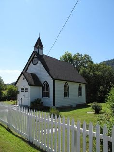 Beautiful white church with a white picket fence Abandoned Churches, Old Churches, Scenic Photography, Night Photography, Photography Tips, Landscape Photography, Old Country Churches, Take Me To Church, Church Architecture