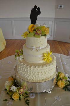 Cute wedding cake topper idea