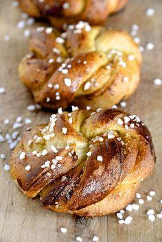 Brioches au Salidou (crème de caramel au beurre salé) et pralin.