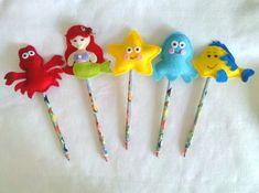 Ponteiras de lápis da Pequena Sereia Mais Kids Crafts, Cute Crafts, Felt Crafts, Diy And Crafts, Pencil Topper Crafts, Pencil Toppers, Little Mermaid Parties, The Little Mermaid, Rakhi Design