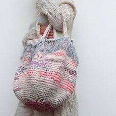 This Pin was discovered by agn Black Crochet Dress, Love Crochet, Crochet Yarn, Crochet Handbags, Crochet Purses, Homemade Bags, Crochet Purse Patterns, Crochet Market Bag, Yarn Bag