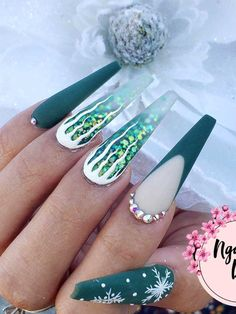 Amazing green Christmas ice and snowflakes nails set adorned with glitter and rhinestones! Here are the best Christmas acrylic nails designs, cute Christmas nails and red Christmas nails 2018 that We've Cherry Picked, to act as an inspiration for you! Cute Christmas Nails, Xmas Nails, Christmas Nail Art Designs, Holiday Nails, Green Christmas, Valentine Nails, Halloween Nails, Winter Christmas, Best Acrylic Nails