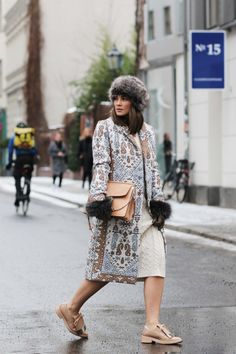 Nina Schwichtenberg from www.fashiioncarpet.com wearing a tory burch printed…