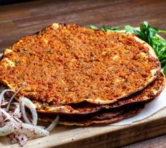 Lahmacun Recipe, the indispensable food of Turkish food culture.How to make lEasy lahmacun recipe at home? Turkish Pizza, Turkish Recipes, Ethnic Recipes, A Food, Food And Drink, Wie Macht Man, Iftar, Pastry Recipes, Recipe Today