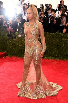 Beyonce Is Working the Met Gala 2015 Red Carpet & She Looks Unbelievable!: Photo Beyonce looks practically naked (and also amazing) as she and her husband Jay Z arrive at the 2015 Met Gala held at the Metropolitan Museum of Art on Monday (May… Beyonce Red Carpet, Met Gala Red Carpet, Celebrity Outfits, Sexy Outfits, Celebrity Style, Evening Dresses, Prom Dresses, 2015 Dresses, Dress Prom
