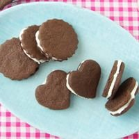 6 favorite treats that you can make home made! oreos,fig newtons, wheat thins, vanilla wafers, and animal crackers. Homemade Oreo Cookies, Oreo Cookie Recipes, Homemade Desserts, Delicious Desserts, Snack Recipes, Snacks, Oreo Recipe, Oreo Dessert, Yogurt Covered Strawberries