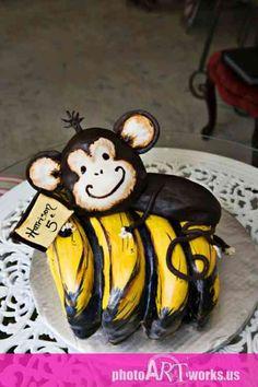 Petit gâteau adorable avec un singe en chocolat et des bananes