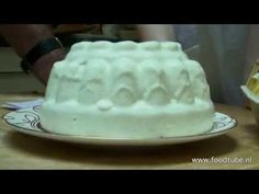 Cees Holtkamp maakt amandelpudding alias blanc manger - YouTube Creme Brulee, Puddings, Desserts, Dinner, Food Porn, Tailgate Desserts, Dining, Deserts, Custard Pudding
