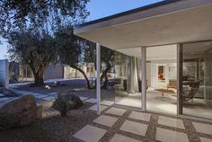 Mid century modern architecture - The Camino Norte house by Architect William F. Cody in Palm Springs - exterior.