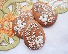 Dekorácie - Medovníková kraslica - biely dekor - 5072402_ Fancy Cookies, Cute Cookies, Easter Cookies, Easter Treats, Yummy Cookies, Holiday Cookies, Sugar Cookies, Christmas Gingerbread House, Gingerbread Cookies