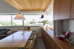 高台の2階で腰高窓のため、外からの視線を気にせずカーテンを全開にでき、北から東側の風景を堪能できる。