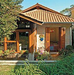 Na fachada dos fundos, as águas do telhado e o redesenho das esquadrias revelam uma proporção confortável aos olhos.