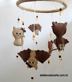 E quando um pai biólogo, que trabalha com morcegos, e uma mãe que ama gatinhos vão ter um bebê? Eles criaram a ideia para esse móbile original, produzido por Ateliê Costurarte!