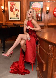 Rita Ora, ultrasexy dans une robe rouge Sorapol, marque les 100 ans de la…
