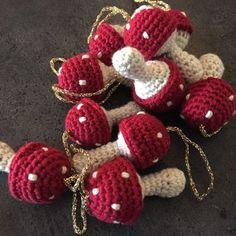 Et kreativt univers der omhandler alt inden for hækling. Her kan du både få inspiration eller finde gratis hækle opskrifter til alt hvad hjertet begærer. Kreamania er stedet du kan finde en masse inspiration. Crochet Christmas Ornaments, Christmas Knitting, Christmas Crafts, Crochet Stitches, Crochet Patterns, Mushroom Crafts, Crochet Fall, Crochet Decoration, Crochet Flowers