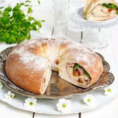 Saftigt italienskt tortanobröd fyllt med rökt skinka, mozzarella, soltorkade tomater och oregano.