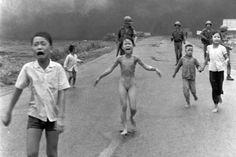Kim Phuc em 1972 corre ao longo de uma estrada perto de Trang Bang, no sul do Vietnã, após um ataque aéreo com napalm. Para sobreviver, Kim arrancou a roupa em chamas do corpo.