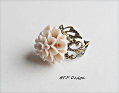 Filligrane Bronzefassung. Cremefarbene Resin Blume. Einfach nur Wunderschön.     Ring ist individuell verstellbar.