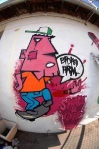 Mais uma arte nas ruas envolvendo o skate, broken arm skate por amor.