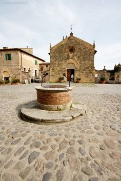 #Monteriggioni is a beautiful medieval village in #Tuscany near San Gimignano and Siena