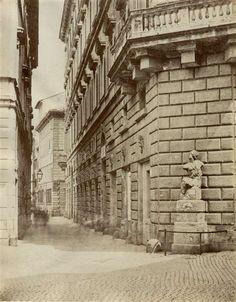 1865/68 autore non identificato . Piazza Pasquino - vista della statua di Pasquino sullo sfondo di palazzo Braschi.